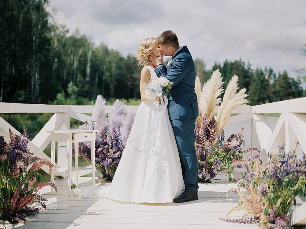 свадебная церемония в загородном доме у озера