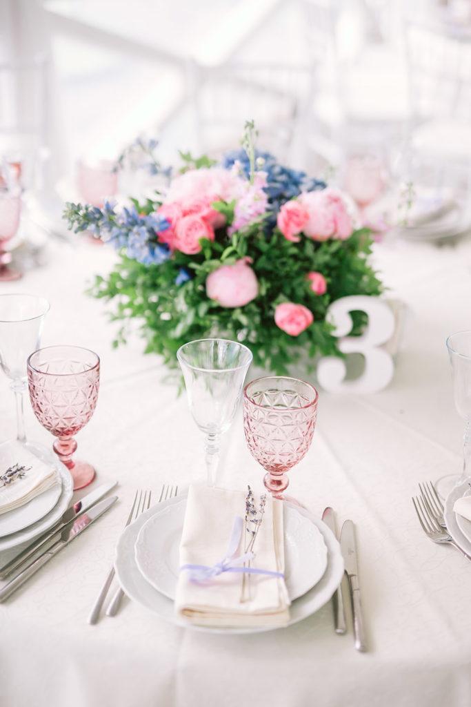 цветные бокалы для вина на свадьбе