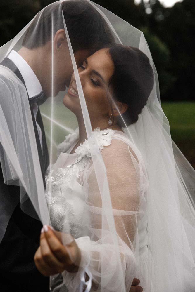 жених и невеста в классическом стиле